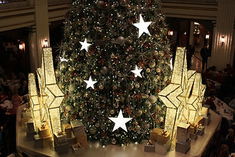 Christmas-Tree-in-The-Walnut-Room-at-Mac