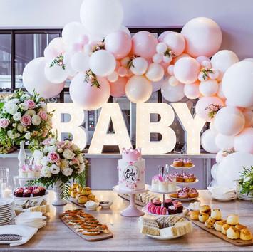 baby-shower-rozowe-przyjecie-slodki-stol.jpeg