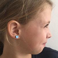 Houten hartjesoorbellen in metallic blauw.