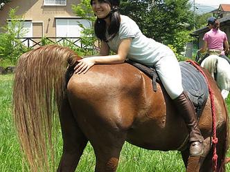 鞍、頭絡、蹄鉄なしで乗ると、とても馬が近くに感じられます。 