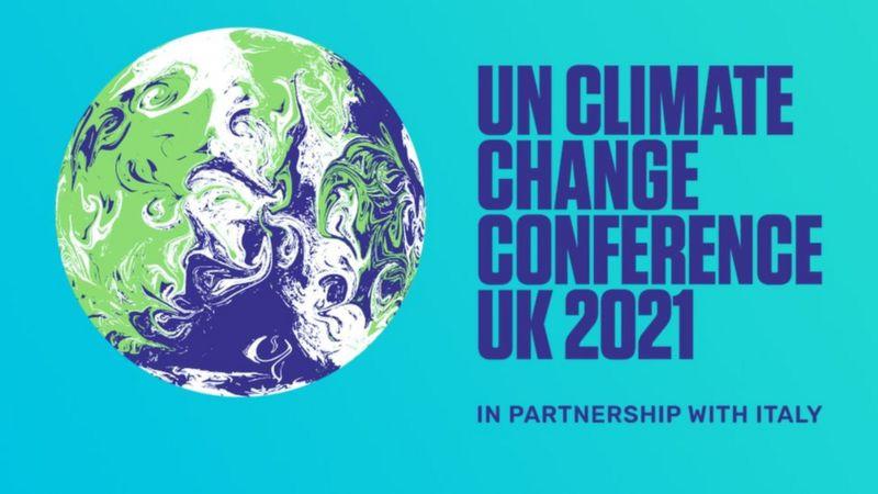 """Arte gráfica de fundo azul água com o planeta terra ilustrado e a frase """"Unclimate change conference UK 2021 in partnership with Italy"""" escrita em azul escuro."""". A tradução da frase é """": Conferência da ONU sobre Mudanças Climáticas no Reino Unido 2021 em parceria com a Itália""""."""