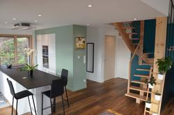 La cuisine/l'entrée/l'escalier