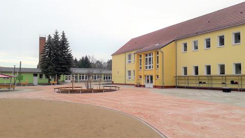 Schulhof mit Schule