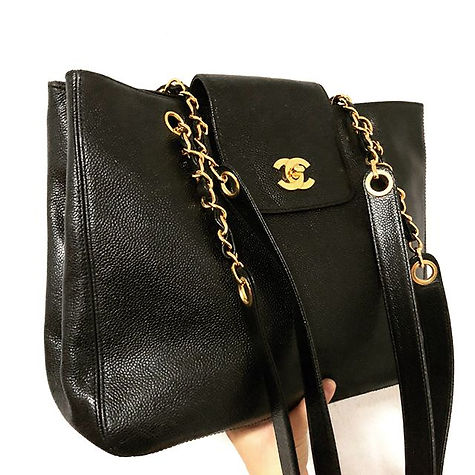 Goodness gracious me! This elegant and functional tote spells all kinds of chic. A fashion statement