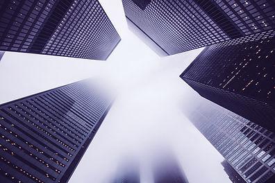 Por debajo de los edificios