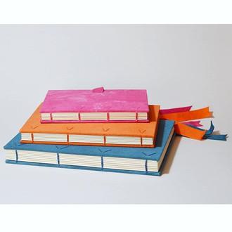 cadernos em linho tingido