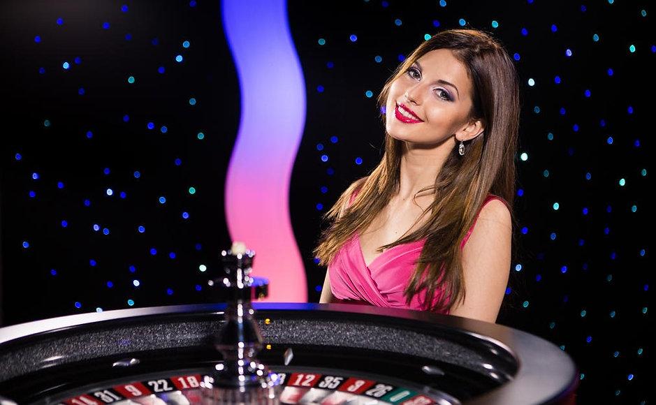 immersive_roulette_brunette_female_deale