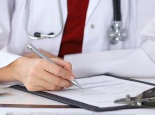 Doctor en control de un formulario