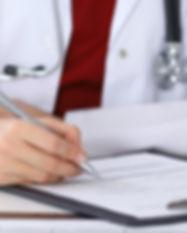 Arzt Überprüfung eines Formulars