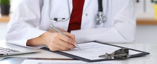 フォームを確認する医者