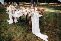 wedding-table-decoration-with-flowers-on