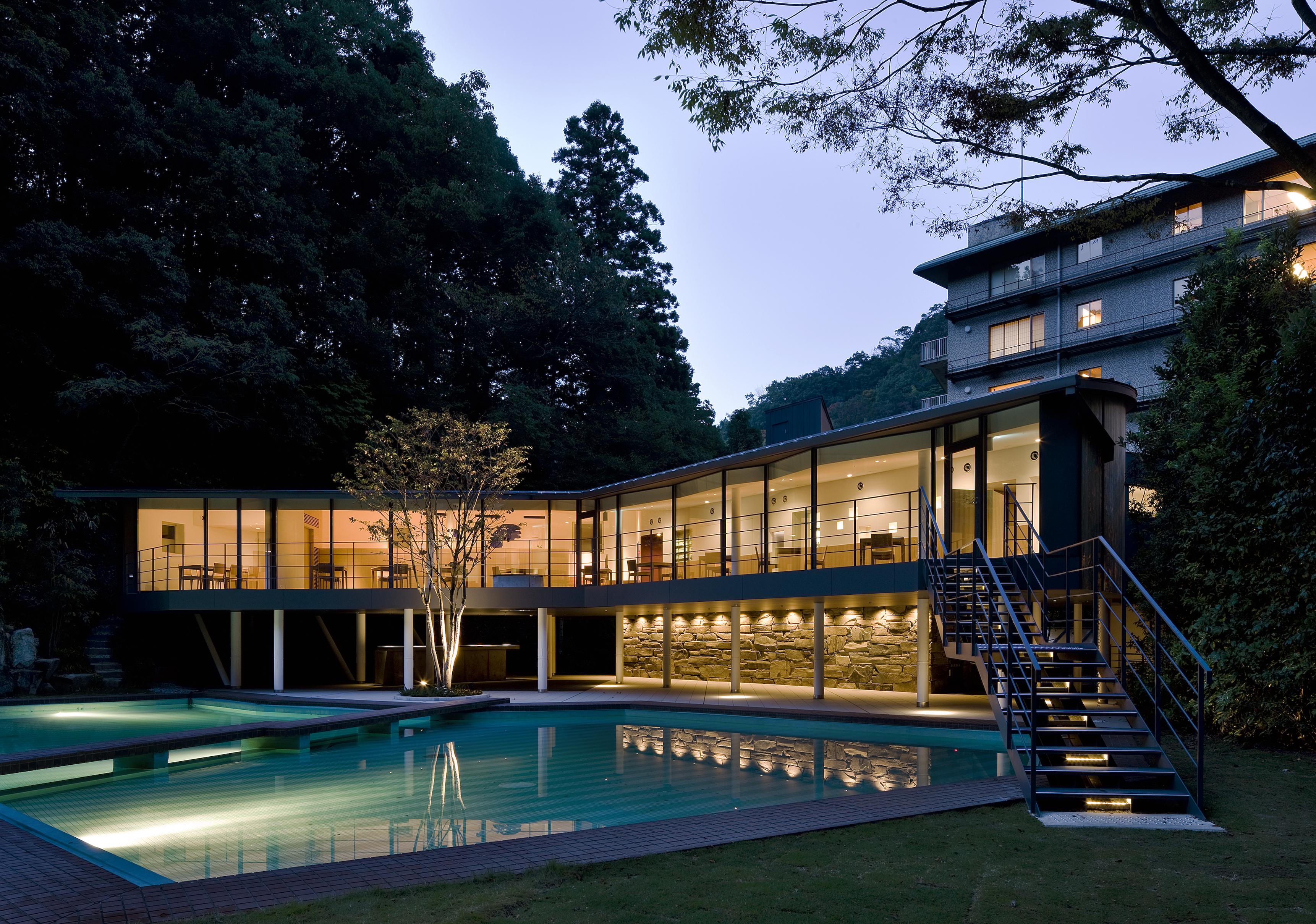 夜はプールや庭園がライトアップされ更に幻想的に