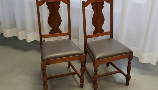 Chaises antiques nouvelle cuirette grise.