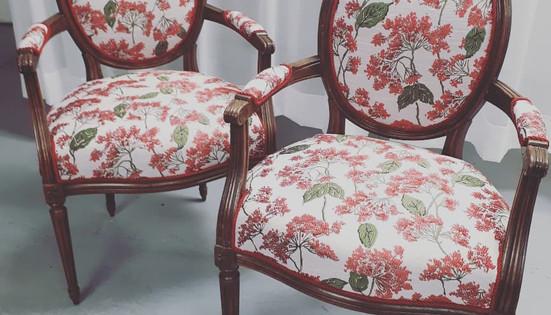 Chaises antique recouvertes d'un brocard scintillant.