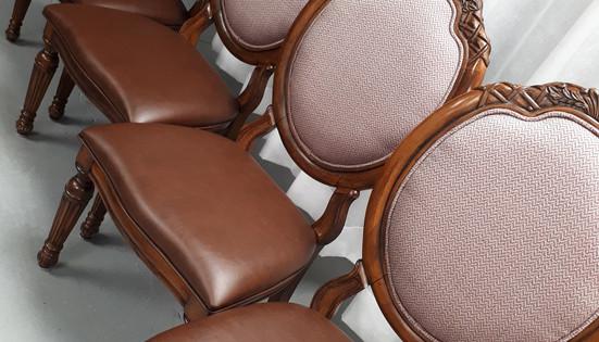 Chaises de salle a manger recouvertes d'une cuirette ainsi que d'un tissu à chevrons.