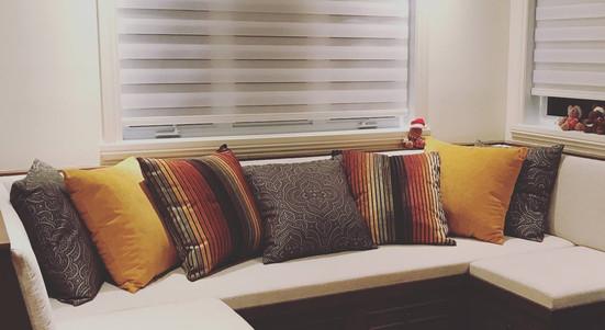 Coussins sur mesure pour banquette en angle. Présentation de coussins décoratifs pour salle familiale.