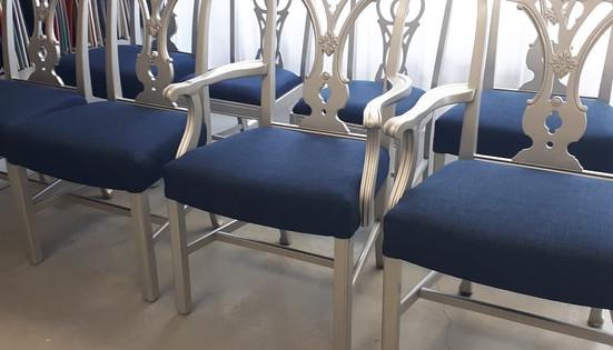 Ensemble de chaise en bois effet métallique recouvert d'un tissu bleu électrisant.