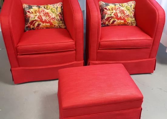 Duo de fauteuils coquets accompagnés de leur pouf.