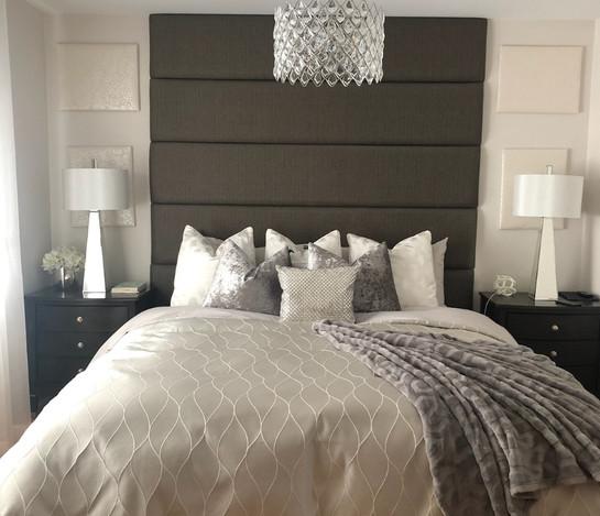 Tête de lit en panneaux rembourrés sur velcro.