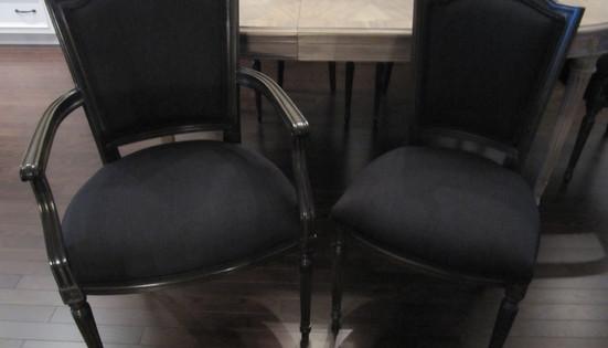 Ensemble de chaise de salle à manger à l'allure classique.