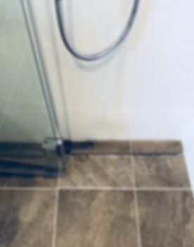 Purus tile insert väggnära golvbrunn installerad i badrum på Ekerö som renoverats av Badrumsgruppen