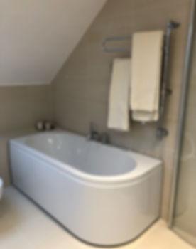 Badrum på Lidingö efter renovering, det nya badrummet fick badkar och dusch