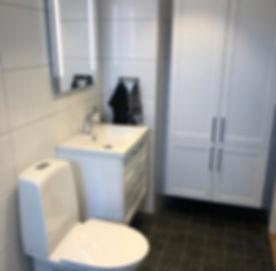 Renoverat badrum i Göteborg, fastän badrummet är liten finns mycket förvaring