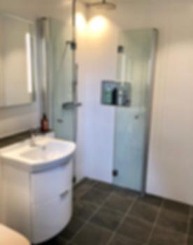 Förvaringsnisch i dusch ger smart badrumsförvaring som i detta badrum på Ekerö renoverat av Badrumsgruppen