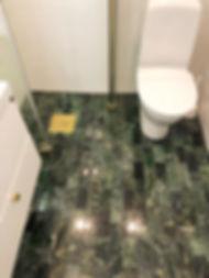 Badrum med grön marmor, badrumsrenovering utförd av Badrumsgruppen