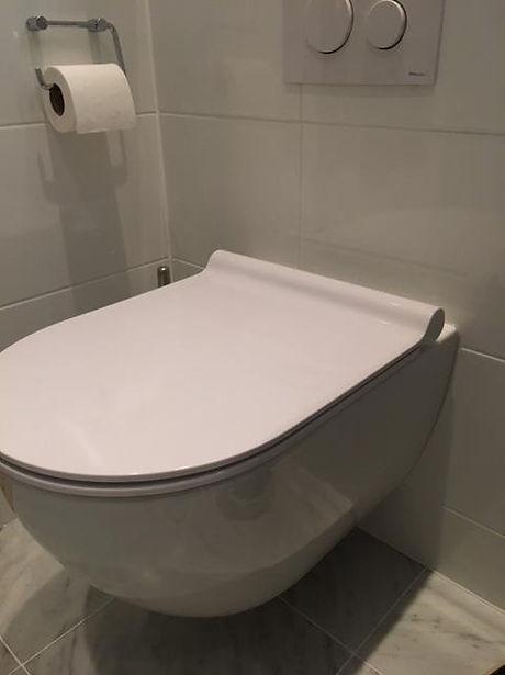 Vägghängd toalett i badrum i Bromma renoverat av Badrumsgruppen