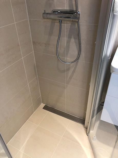 Väggnära golvbrunn Purus Line i badrummet på Lidingö efter renovering