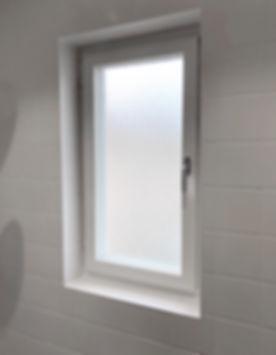 Kaklad fönstersmyg i badrum i Solna, badrummet renoverades av Badrumsgruppen