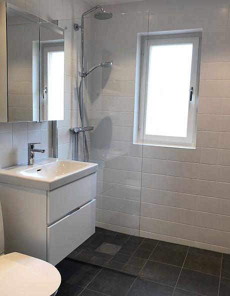 Badrum i Solna efter renovering av Badrumsgruppen, badrummet har fått en glasvägg som duschvägg