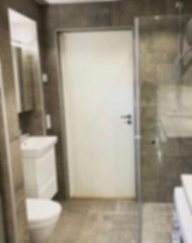 Badrum och tvättstuga med dusch, kommod och toalett i Göteborg, renoverat av Badrumsgruppen i Göteborg