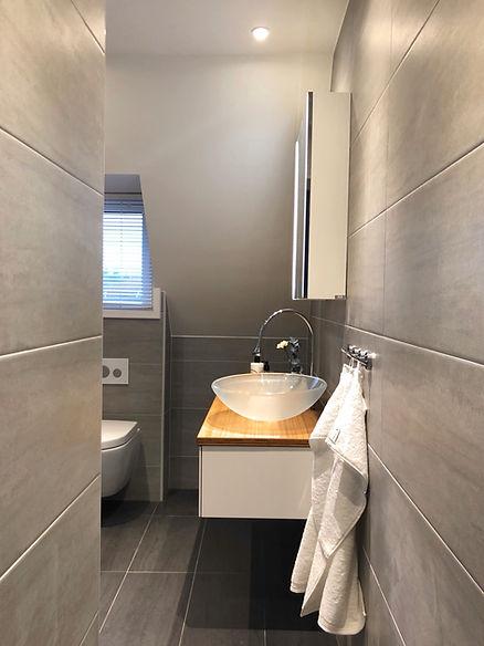 Betongliknande klinker på golv och vägg, kommod från INR och fixtur och spolknapp från Tece, badrummet renoverades av Badrumsgruppen