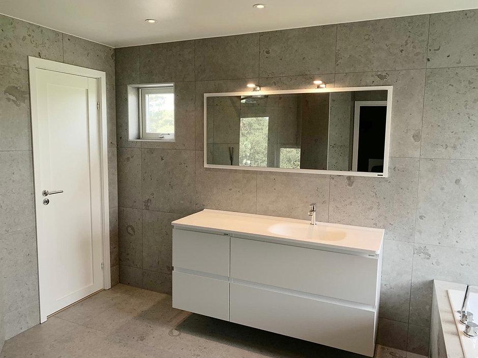 Badrumsmöbler från Vedum i nyrenoverat badrum i Tullinge, på väggarna granitkeramik från Bricmate, badrummet renoverades av Badrumsgruppen