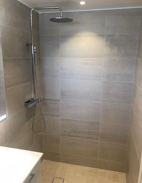 Stor dusch med takdusch och golvbrunnsil Tile Insert