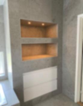 Platsbyggd badrumsförvaring och förvaringsnischer med spotlights, badrummet renoverades av Badrumsgruppen