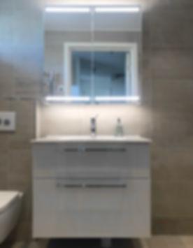 Badrumsmöbel från Dansani i badrum på Ekerö renoverat av Badrumsgruppen