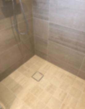 Purus Tile Insert golvbrunnssil med Bricmate Limestone Ivory granitkeramik i ett badrum renoverat av Badrumsgruppen