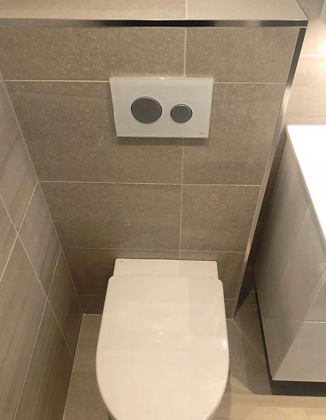 Vägghängd toalett med spolknapp från Tece i badrum renoverat av Badrumsgruppen