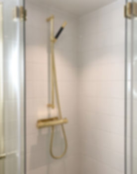 Duschset i mässing från Tapwell, vikbara duschdörrar från Duschbyggarna