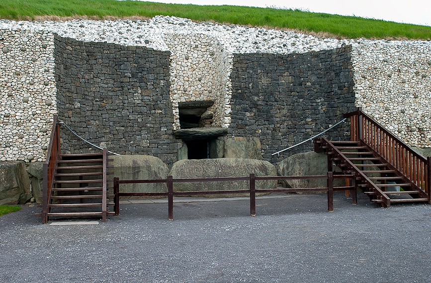 Entrance to Chamber with decorated Kerbstone 01
