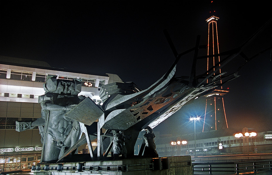 Statue in front of ICC at night - Funkturm in background 01