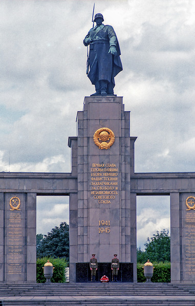 Staue of Soviet soldier standing over the Soviet guards