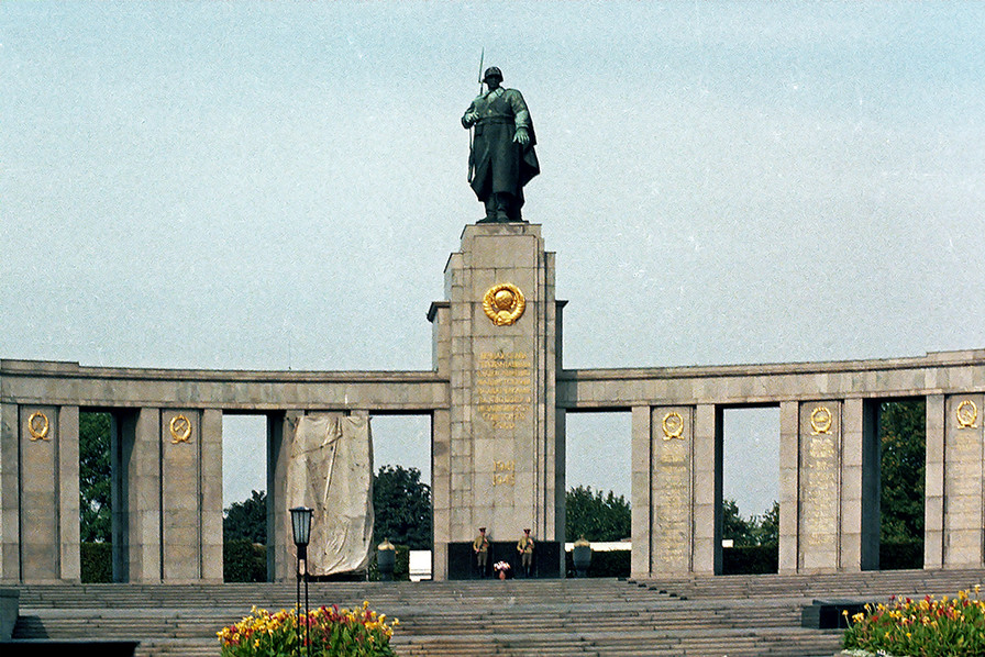 Russian guards in front of the Soviet War Memorial