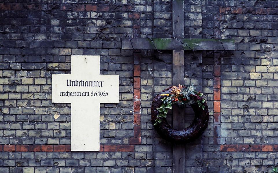 Memorial to unknown escapee 1965