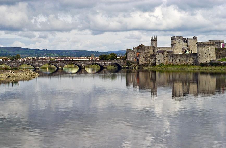 King John's Castle & Thomond Bridge acro
