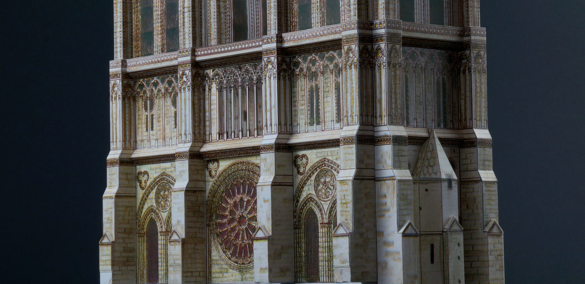 Wieże z przyporami, gzymsami i galeriami przygotowane na wstawienie parteru z portalami.