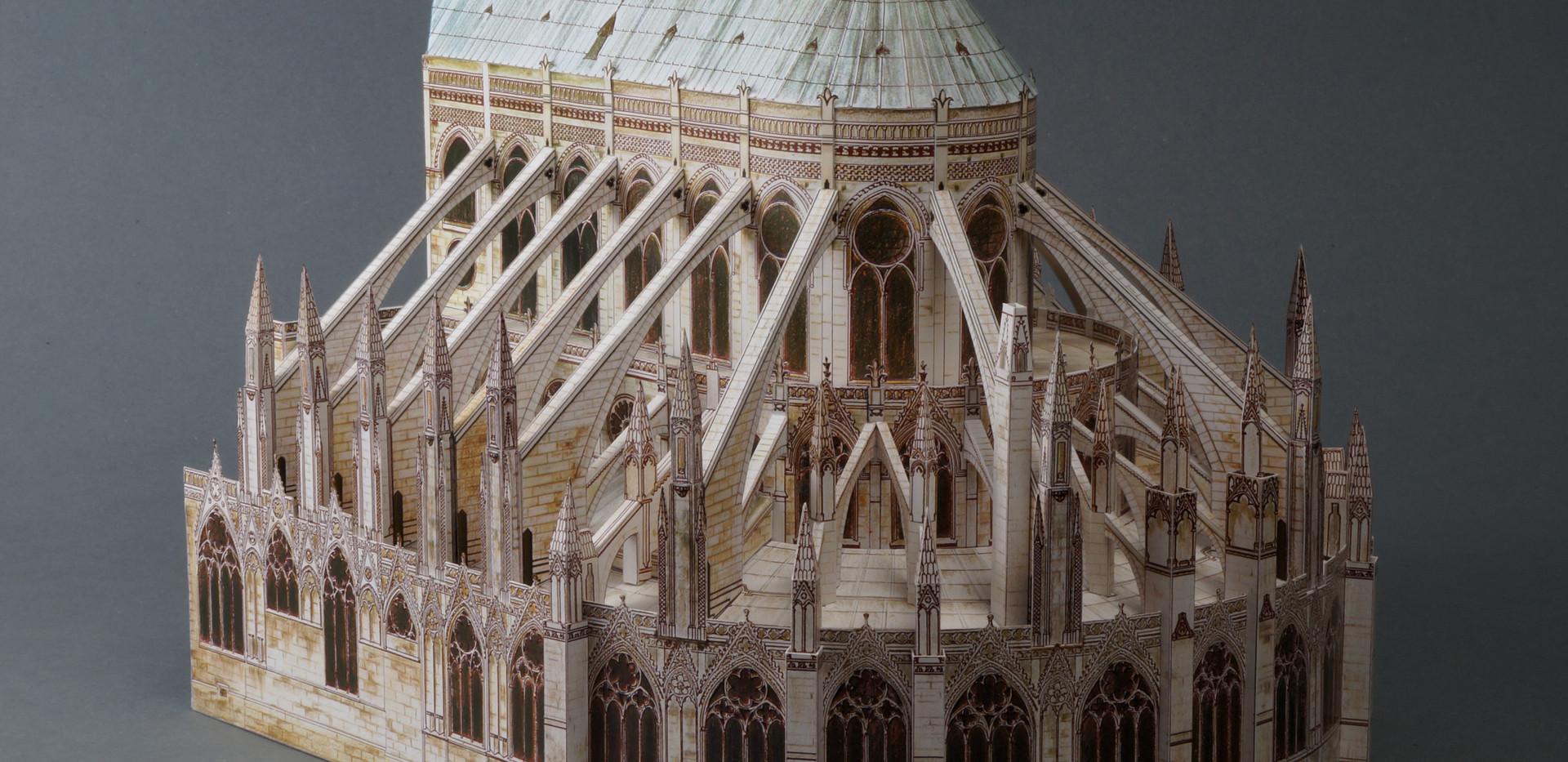 Gotowy chór z obejściem i wieńcem kaplic, nad którymi wznosi się system  przyporowy złożony z łuków i przypór obciążonych fialami.